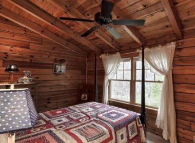 log cabin quilt design on bed